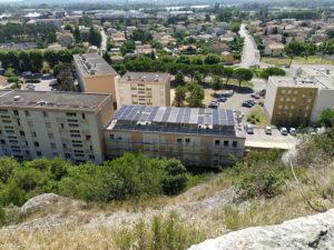 """Vue panoramique extérieure de la résidence """"le granoly"""". Sur les toits de 3 bâtiments, une installation de type """"champ solaire photovoltaïque"""" a été mise en place. Rénovation logements sociaux collectifs."""