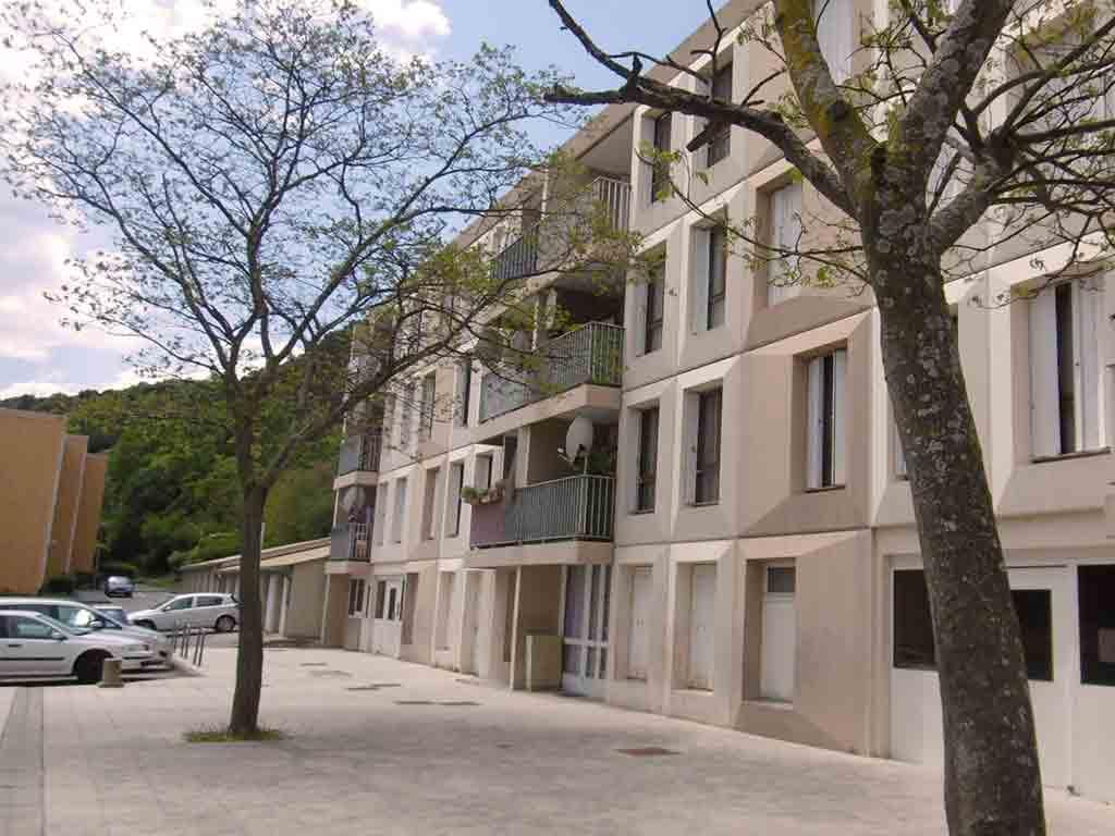"""Photographie, prise en extérieure, représentant la façade de la Résidence """"le Granoly"""" au Pouzin en Ardéche. Rénovation de logements sociaux collectifs."""